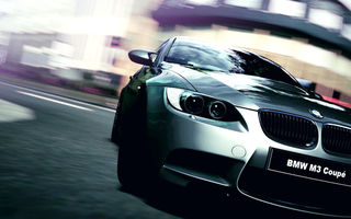 Обои BMW M3 Coupe на улице