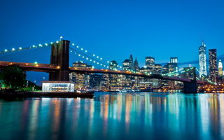 Обои Manhattan, New York City, cityscape, огни, World Trade Center, дома, мост, East river, вечер, Manhattan Bridge, река