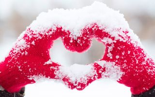 Обои hands, heart, любовь, snow, love, romantic, сердце