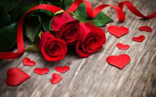 Обои красные розы, heart, розы, wood, valentine`s day, red, love, roses, бутоны, flowers, romantic