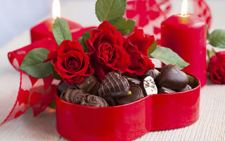 Обои bouquet, romantic, сердце, flowers, chocolate, photography, February 14, sweet, love, romance, photo, Valentine, heart, любовь, candy, red, Valentines Day, праздник, День Святого Валентина, still life, цветы, шоколад, розы, свечи, roses, rose, букет, candles, wet, конфеты, red roses, holiday