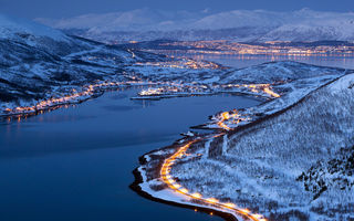Обои City, город, горы, lights, Тромсё, Норвегия, Tromsø, snow, winter, снег, дорога, фьорд, лес, mountains, forest, огни, зима, Norway