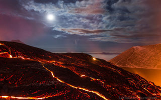Обои Russia, небо, lava, скалы, Камчатка, вулкан, sky, звезды, жар, kamchatka, море, Kamchatka Peninsula, moon, night, Толбачик, лава, rock, Tolbachik, свет, ночь, облака, clouds, mountain