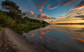 Обои берег, landscape, Loch Leven, облaка, sunset, light, trees, water, Scotland, sky