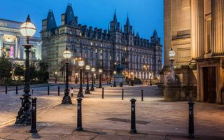 Картинка architecture, england, liverpool, street lamps, sky, nigth, buildings, statue, square, trees, palaces