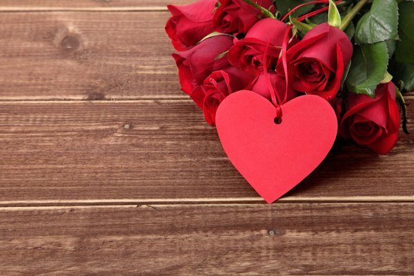 Обои красные розы, roses, gift, romantic, heart, valentine`s day, red, wood, love